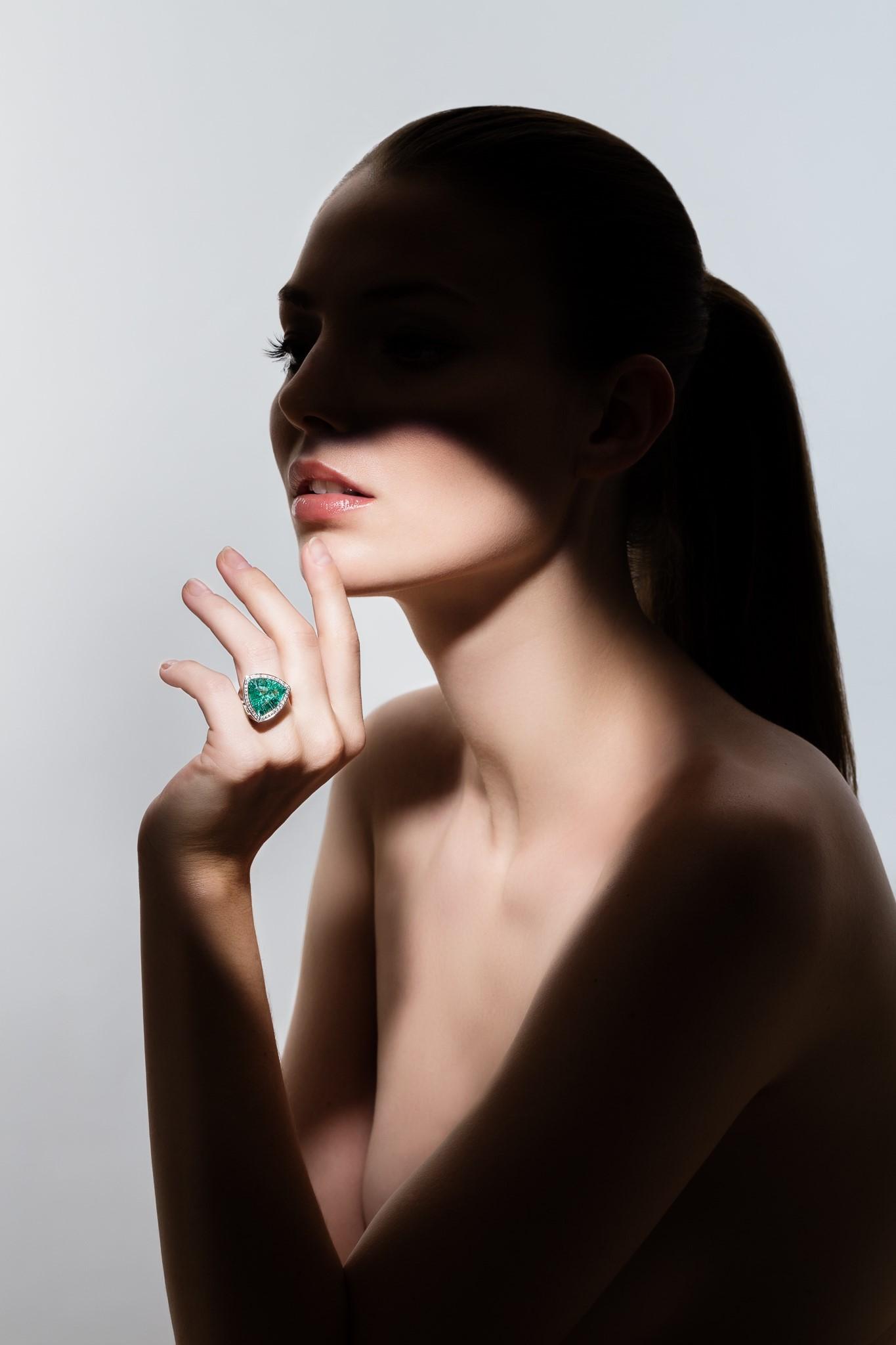 Paraibaturmalinring mit Diamanten in 18 karat Weißgold, Foto: Ernst Kainerstorfer