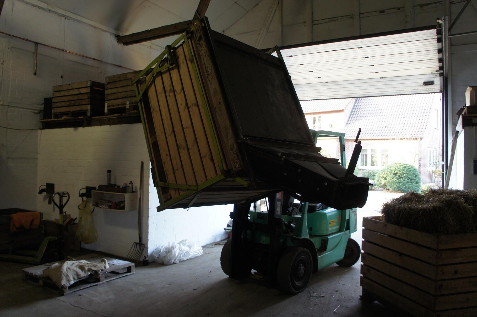 So gelangen die Kartoffeln von der Kiste zur Sortieranlage. (3)