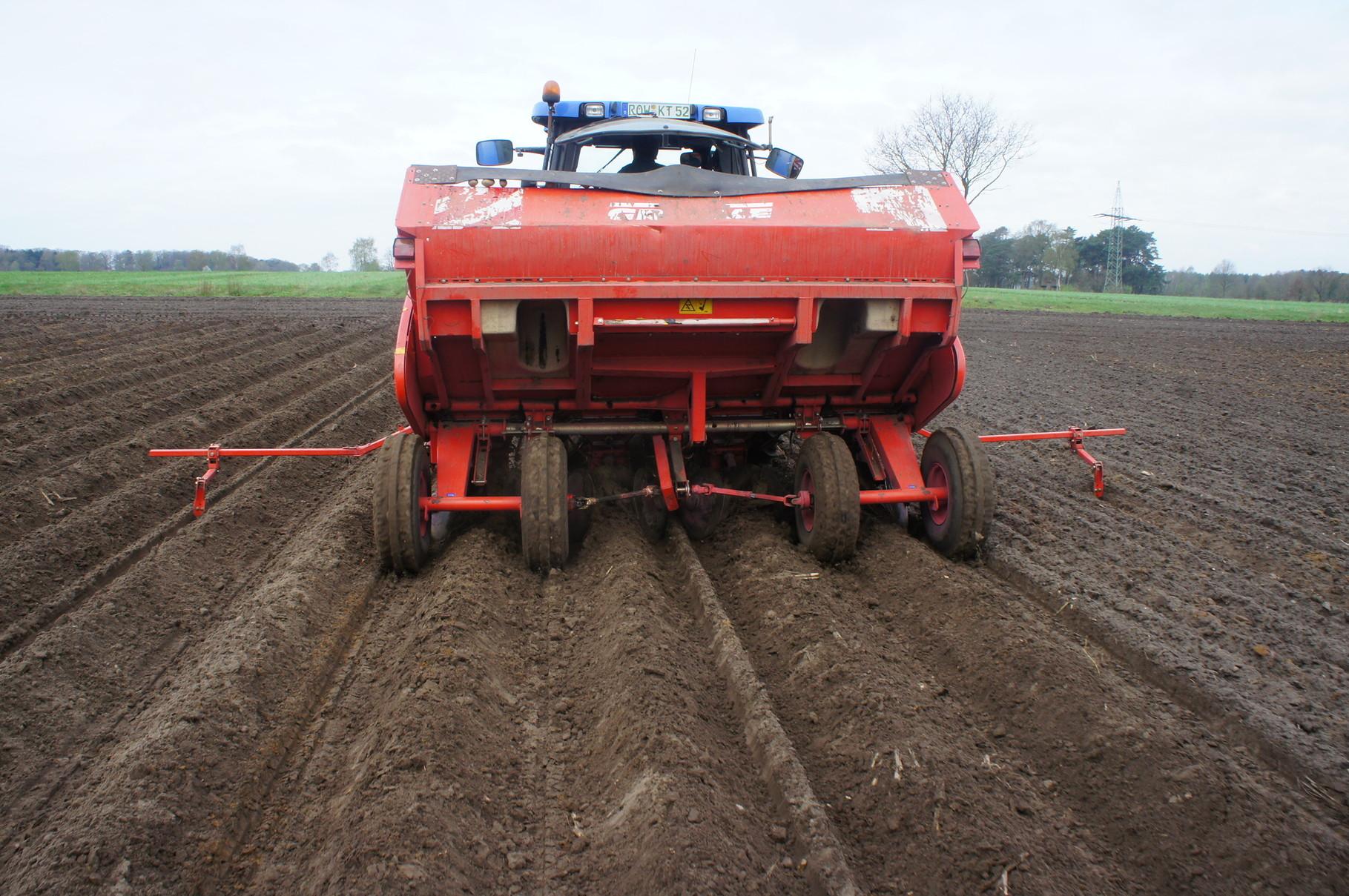 Kartoffelpflanzung-Kartoffelpflanzmaschine von hinten