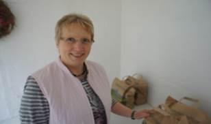 Christa Indorf beim Auffüllen des Hofladens