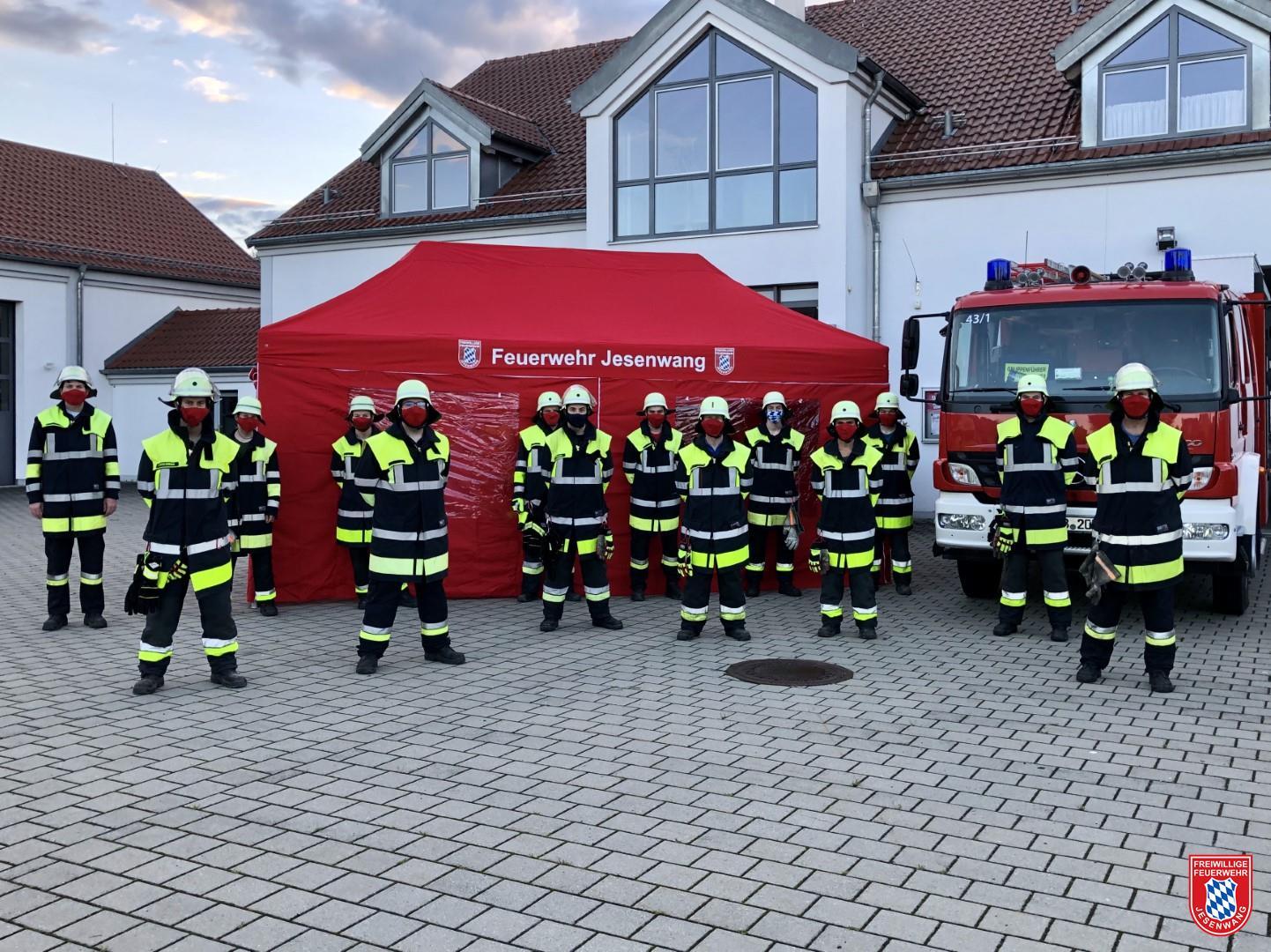Mannschaft der Freiwilligen Feuerwehr Jesenwang vor dem neuem Einsatzzelt