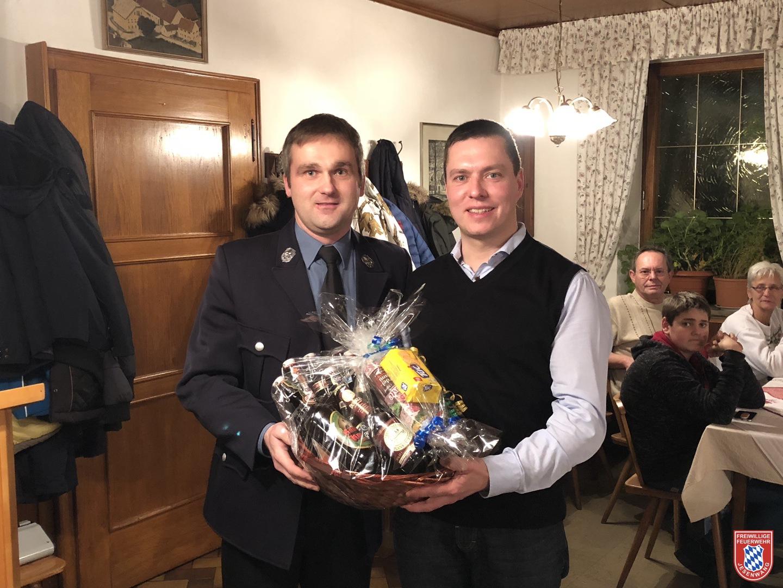 1. Vorstand Thomas Streicher über gibt dem Ehemaligen Vorstand Martin Winkler den Dankeskorb
