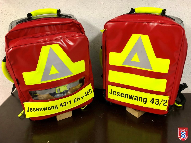 Beide neubeschaften Notfallrucksäcke: Links mit Automatisch Externem Defibrillator und rechts in Standardausführung