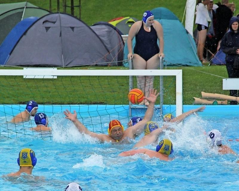 Das Turnier ist jedes Jahr ein Erfolg, die Buxtehuder sind im Wasser nicht ganz so gut wie als Gastgeber: Vor den Zelten der angereisten Teams treffen die Gastgeber vom Buxtehuder SC im ersten Spiel auf konterstarke Mühlheimer.  Foto Meybohm.