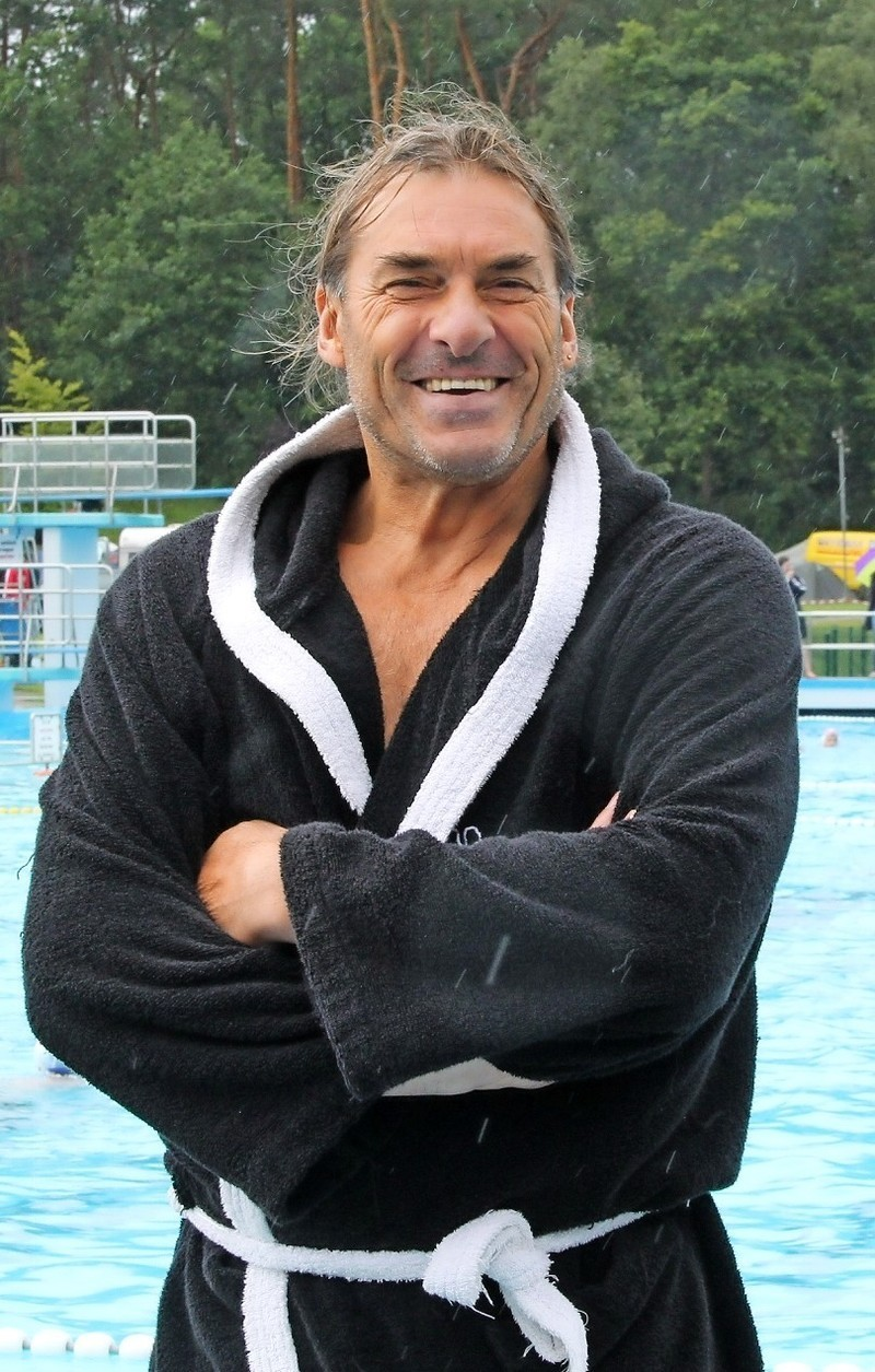 Der Rostocker Trainer René Plaeschke ist der Chef über sieben Piratenbräute. In Adiletten und Bademantel gibt er vom Beckenrand aus den Ton an – wenn es sein muss auch mit Nachdruck.  Foto Meybohm.