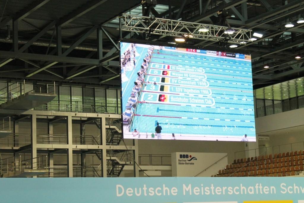 Der Buxtehuder Schwimm-Club auf der Videoleinwand vorm Start bei der 4 x 200 Meter Freistilstaffel mit Startschwimmerin Lina Hartwig auf Bahn 2.