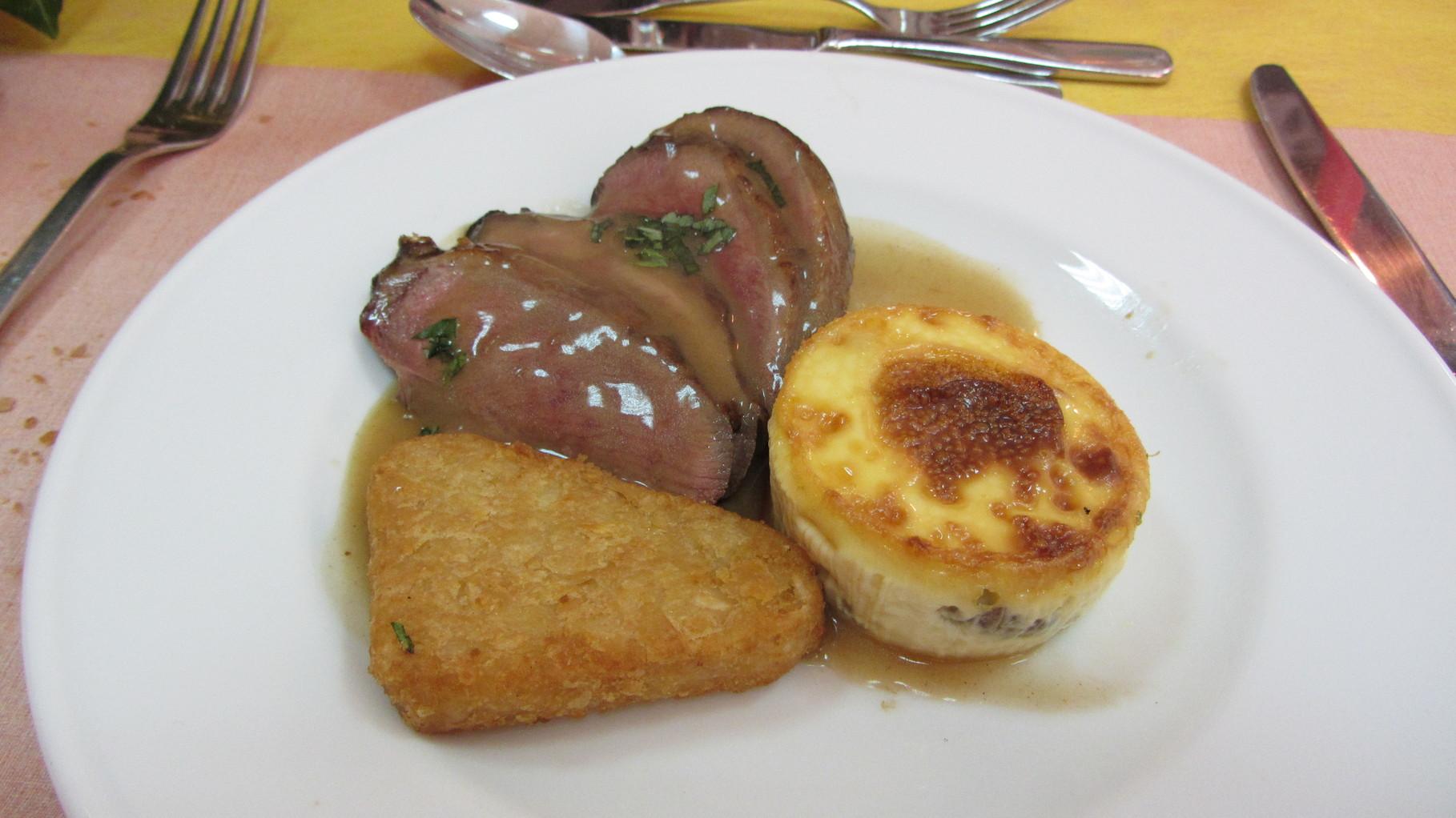 REPAS DES AINES DANET TRAITEUR- Magret de canard au pommeau, pomme maxime et flan de girolles