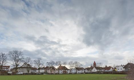 Nicht mehr lange wird sich dieser Blick auf den unbebauten Westteil der Kirchheimer Klosterwiese bieten. Die Stadt will auf dem Gelände vier Gebäude zur Anschlussunterbringung von insgesamt 136 Flüchtlingen erstellen Foto: Carsten Riedl