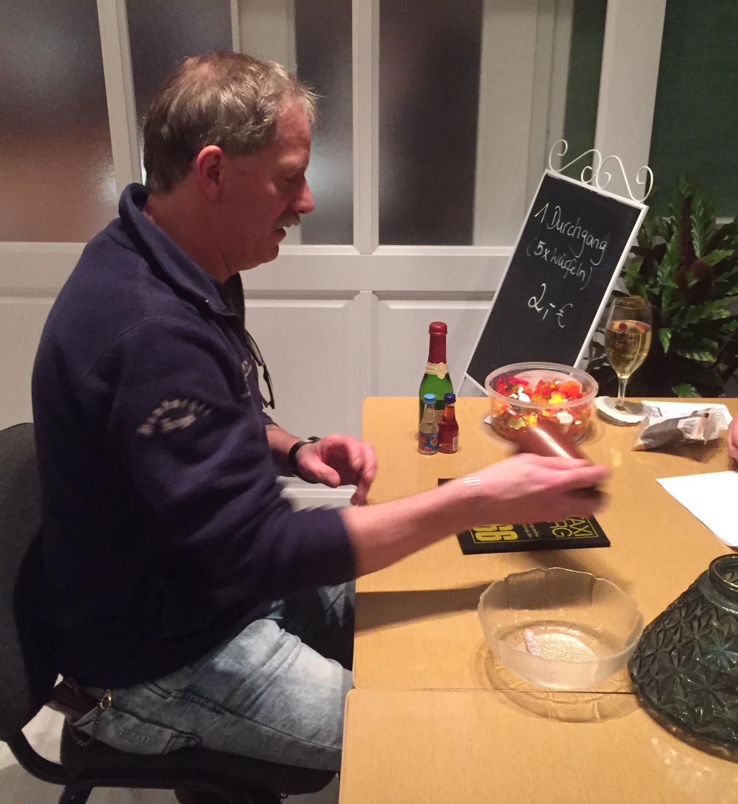 Es wurde auch erfolgreich geknobelt: Thomas gewann 22 kleine Flaschen Schnaps