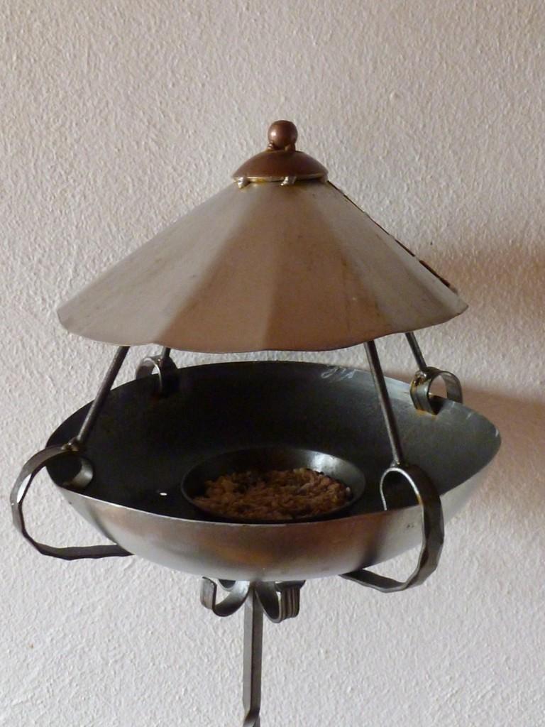 Vogelhäuschen     Masse:Ø35cm/H:135cm   Stahl und Stahlblech  Eigenbesitz