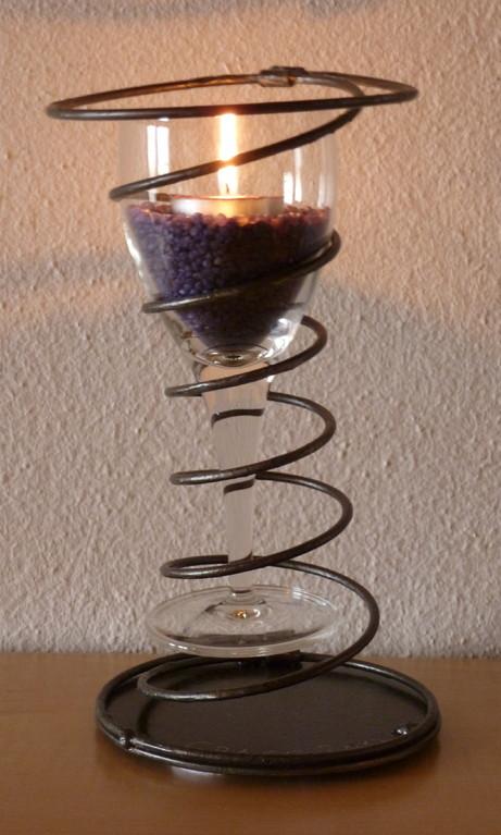 Stahlfeder mit Weinglas   Masse:Ø12cm/H:20cm   Verkauft