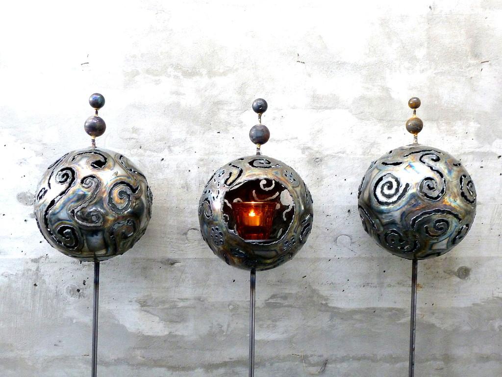 Stahlkugel auf Stab    Masse:Ø15cm/H:150cm    Verkauft