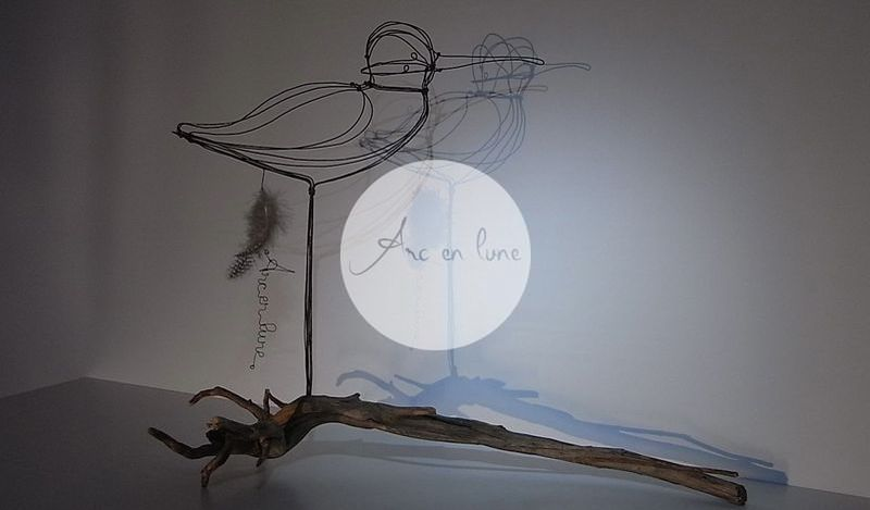 """""""Courlis cendré"""" en fil de fer 3D de Arc en Lune sur branche bois flotté H.40xL.32xl.22cm branche 50cm"""