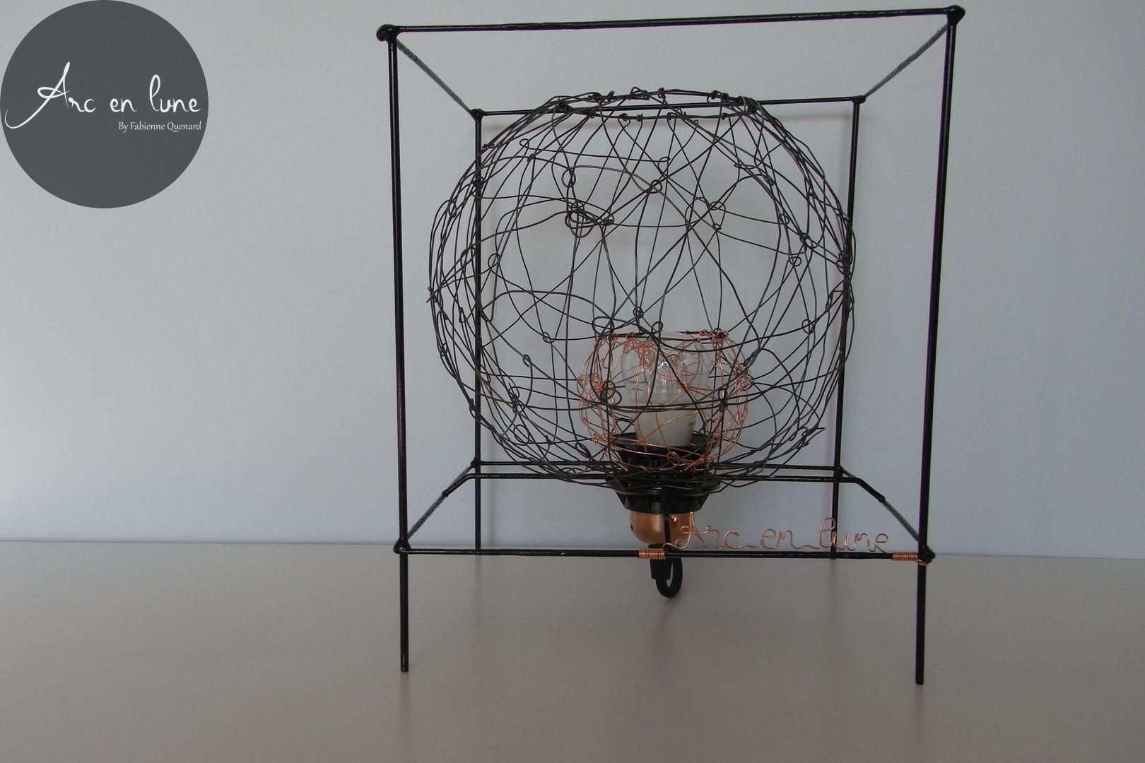 """Lampe à poser """"Bulle en cage"""" de Arc en Lune, fil de fer et cuivre, lampe led 4W, fil alimentation tissu noir et interrupteur"""