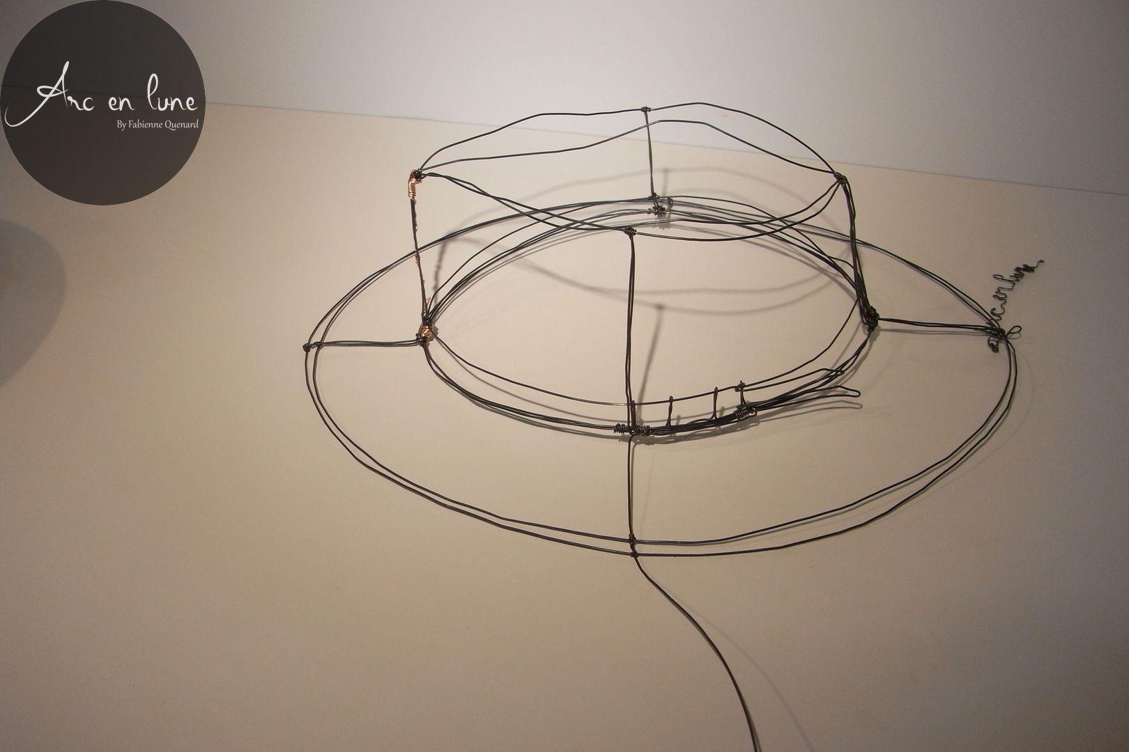 """Chapeau """"Aventure"""" en fil de fer de Arc en Lune et fil cuivre 35x30xH.15cm"""