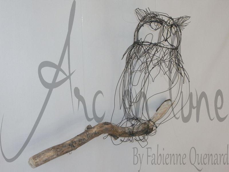 """""""Tel un hibou"""" en fil de fer 3D de Arc en Lune sur branche bois flotté H.45xP.18cm branche 50cm"""