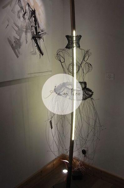 """Lampadaire """"Amazone"""" fil de fer 3D et bois de Arc en Lune, robe corset, frêne brut cintré à la main, socle acier, 2X12w led en bi-émission, cordon alimentation tissu, H.215xl.90cm"""