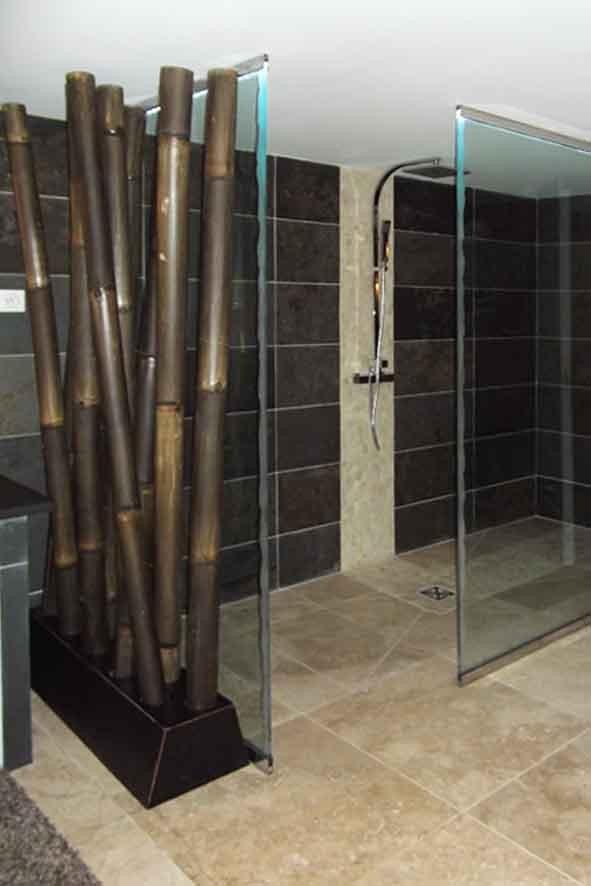 Parois de verre sécurite sur mesures, sol plafond, avec sablage assorti aux tablettes des miroirs, pour cette douche à l'italienne