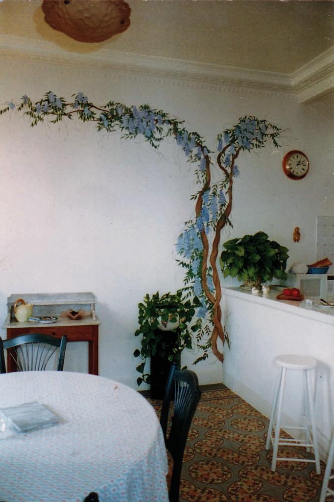 Peinture murale d'une glycine sortant du mur