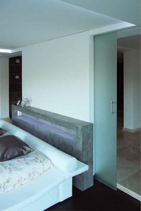 La tête de lit est apposée à la partie centrale du mur conservée