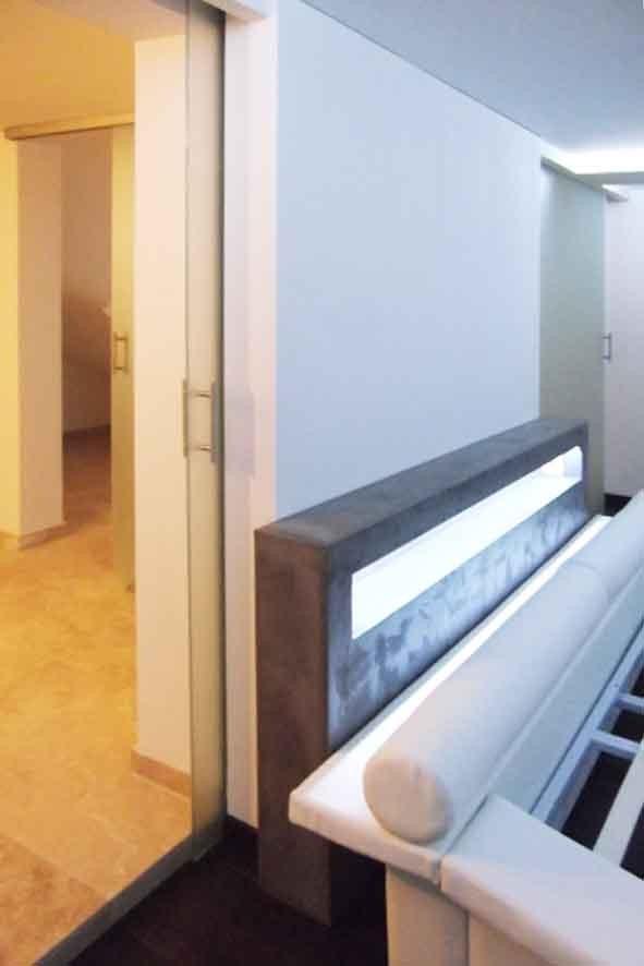 Tête de lit en béton ciré avec niche éclairée