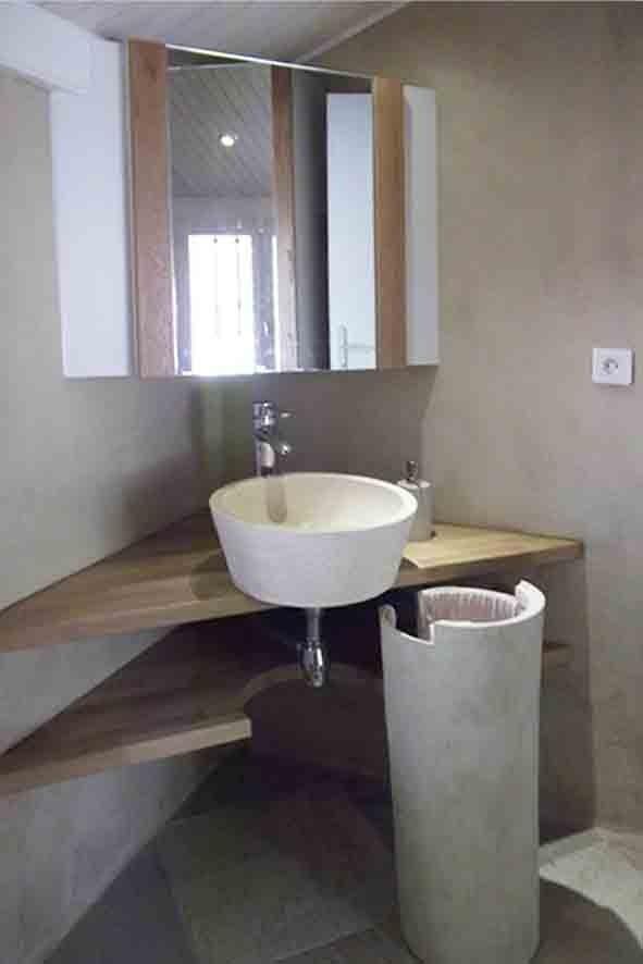 La colonne de la vasque cache un panier à linge