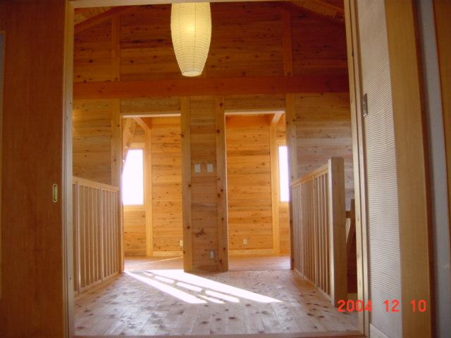 風景を眺める家の2階ホールは床や壁や天井に至るまで栃木の木で彩られる