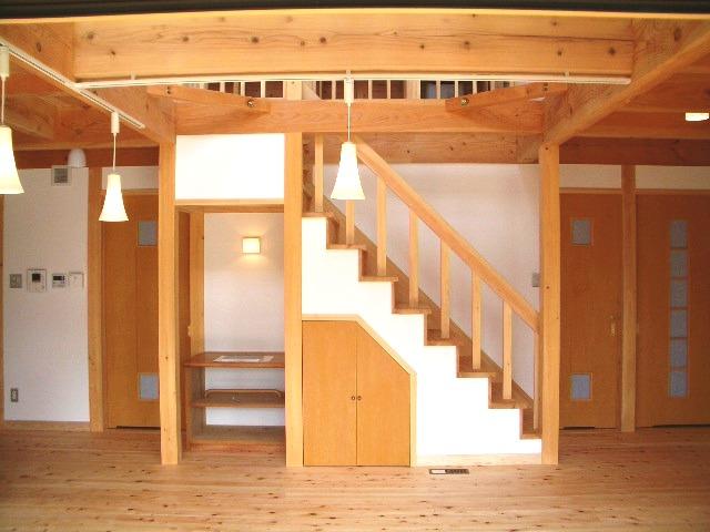 光と大空間の家の階段下には収納を設けている