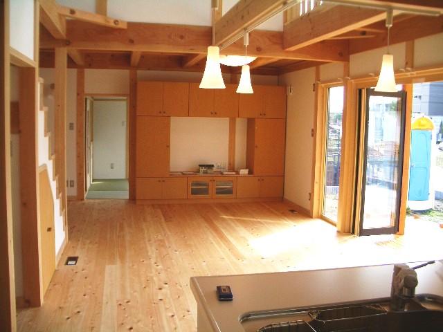 光と大空間の家の開放感のあるリビング