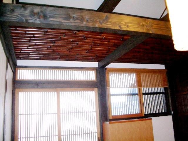 囲炉裏のある古民家の玄関ホールの天井は京都から取り寄せた竹を使用