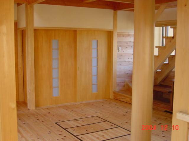 風景を眺める家のリビングの床は無垢の木
