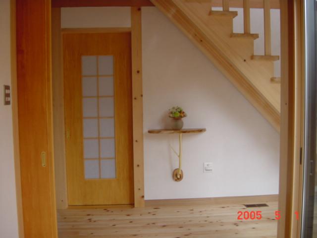 坪庭を楽しむ家の木でつくられたオシャレな棚
