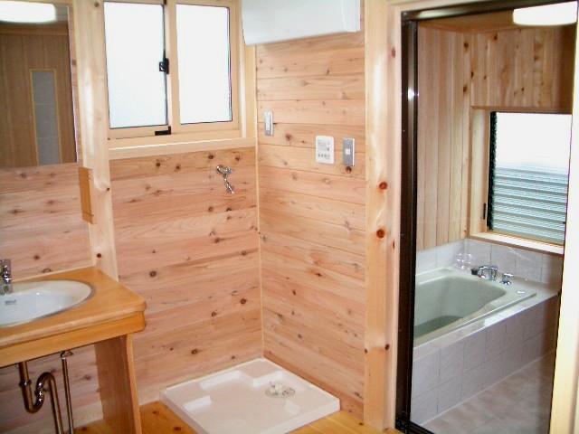 庭木を楽しむ家は脱衣室や浴室の壁まで板張り