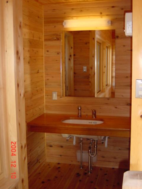 風景を眺める家の洗面台も栃木の木で造作されている