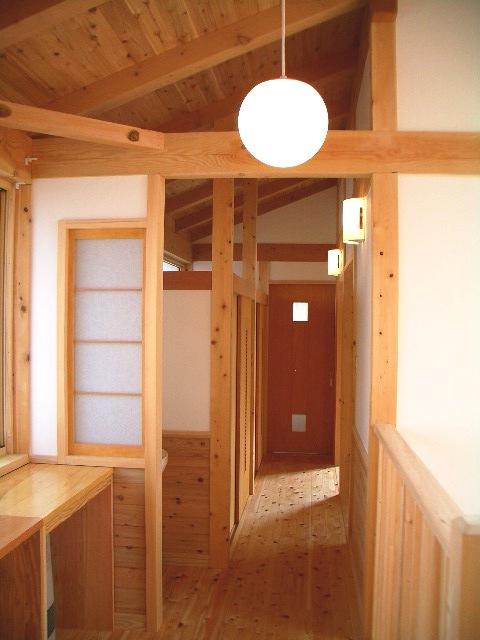 光と大空間の家の廊下は栃木の木と自然素材を多用している