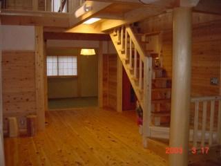 家族一体感のある家のリビングは栃木の木と自然素材を多用している