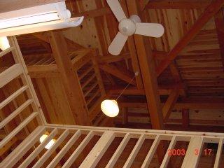家族一体感のある家の吹抜けの天井は木の質感が漂う