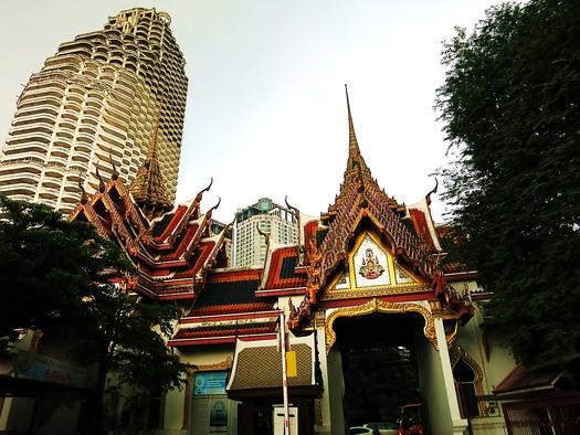 Viele Tempel in Bangkok befinden sich direkt neben Hochhäusern