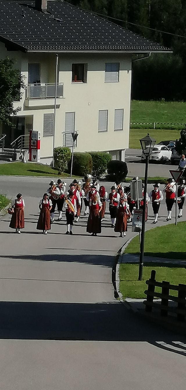 Aufmarsch zum Festakt ins Oberdorf