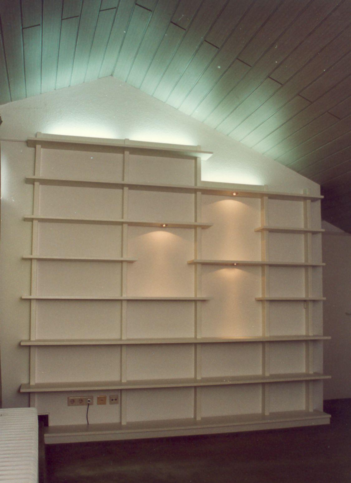 Bücherregal mit indirekter Beleuchtung