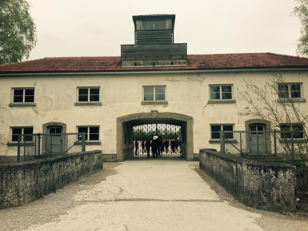 A entrada do inferno: o campo de concentração de Dachau.