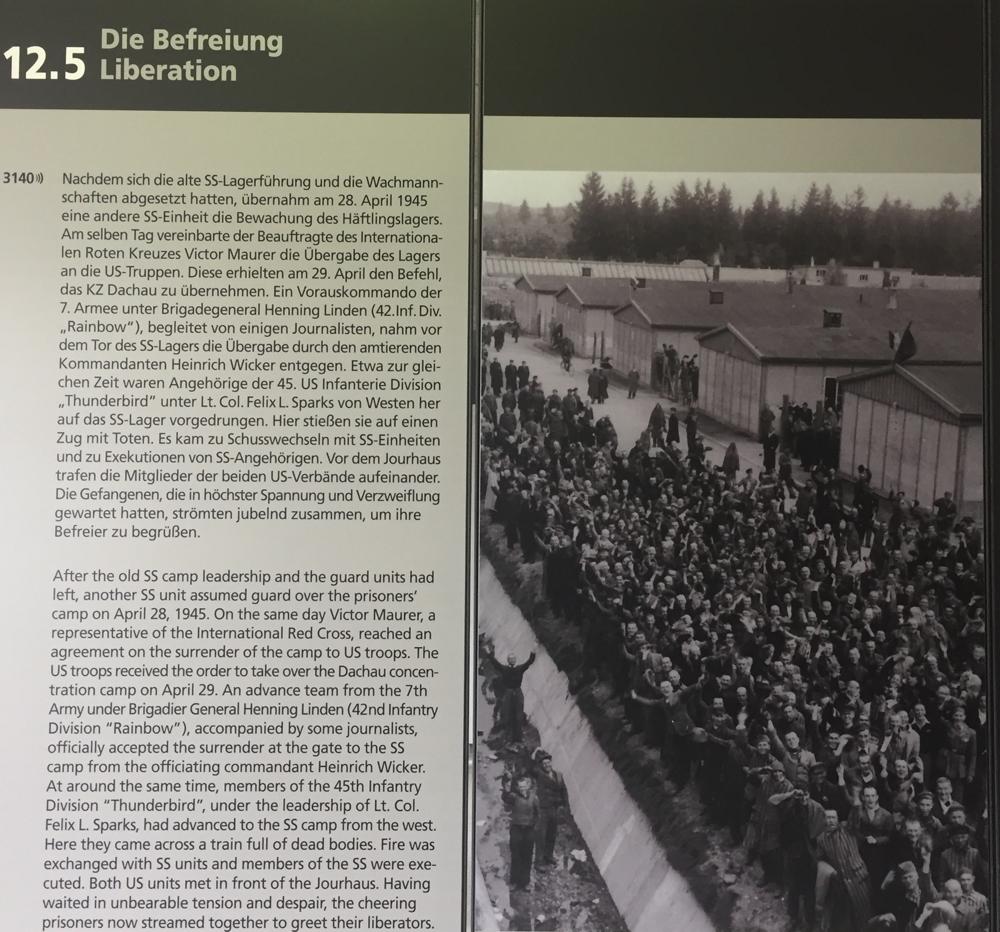 A liberação de Dachau: o resgate pelas forças armadas americanas em abril de 1945. Júbilo dos prisioneiros na foto do museu.