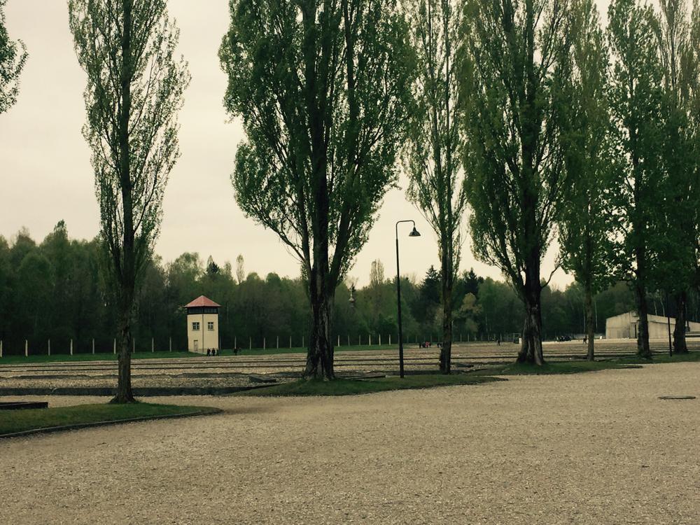 Andando pelo campo de concentração, vê-se torres nos cantos como uma prisão.
