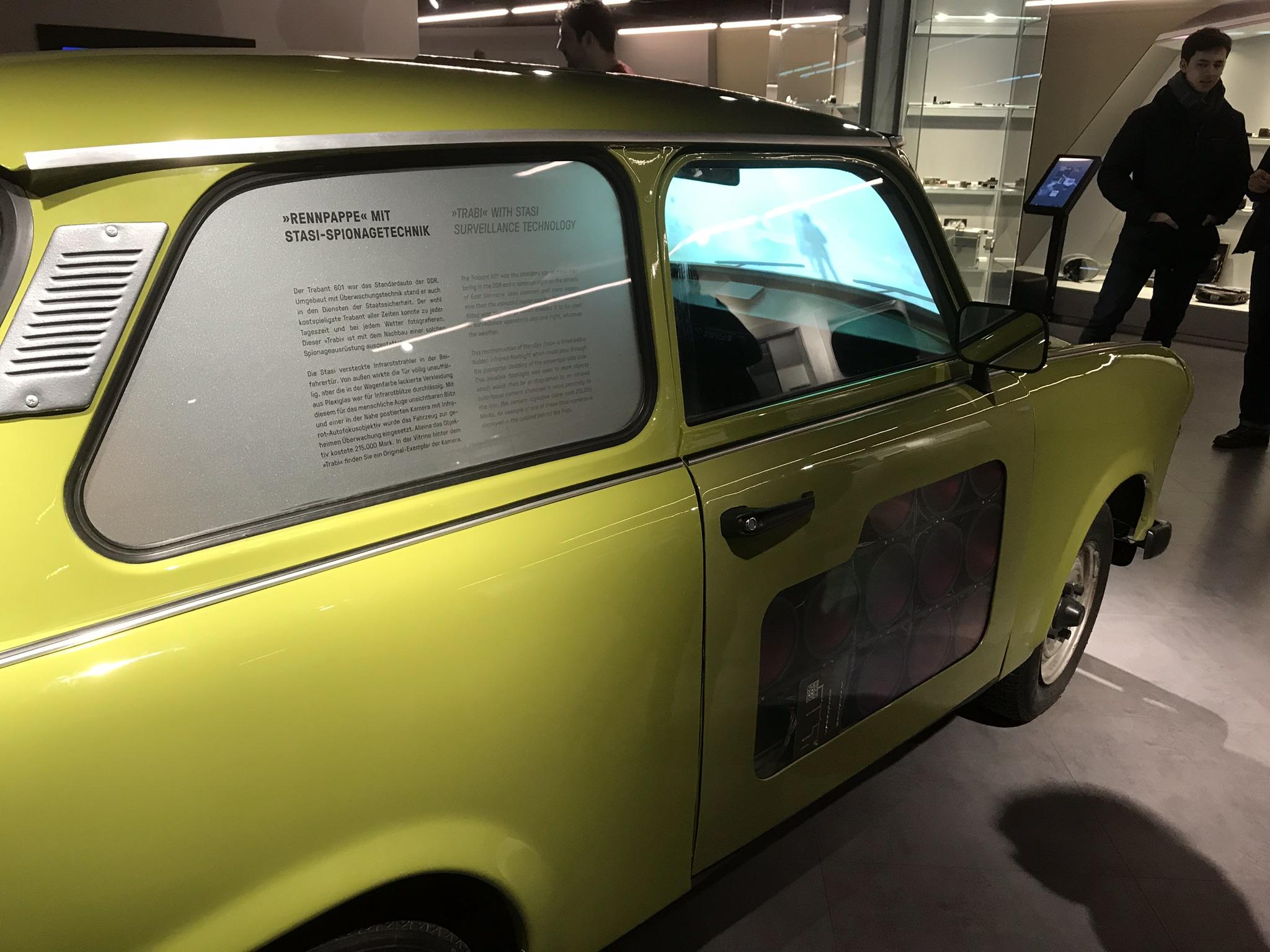 Demorava-se 16 anos para conseguir um Trabi. A Stasi utilizava os carros para a espionagem.