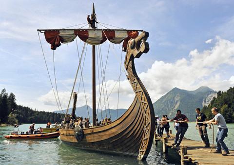 Drachenköpfe auf Wikingerschiffe