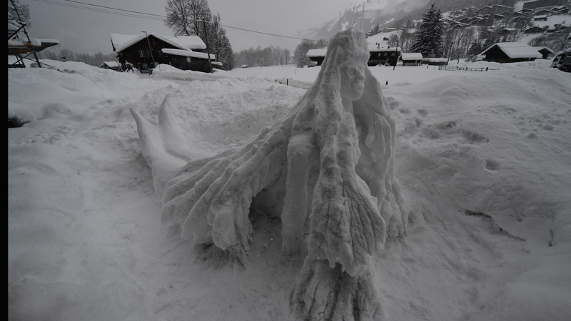 Nixe aus Schnee. Ansicht von schräg vorne / Snow Mermaid seen from the tilted front