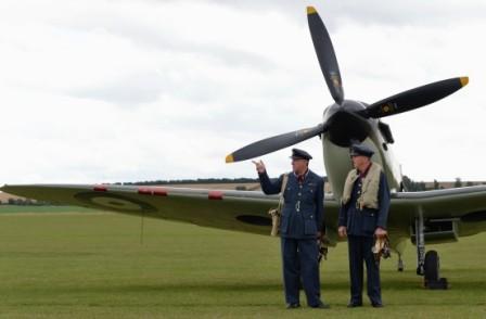 L076 Piloten vor Spitfire IXT