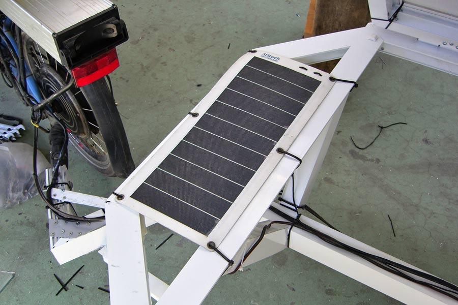 UZ: Solatrike Trailer2, kleines Solarpanel montiert