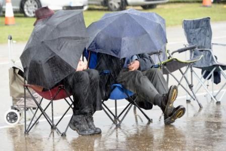 L087 Besucher im Regen