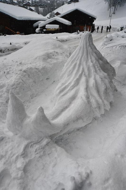 Nixe aus Schnee. Ansicht von hinten / Snow Mermaid seen from behind